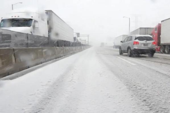 Cerrarán carreteras ante llegada de tormenta invernal.