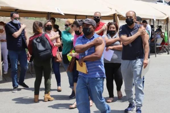 Se quedan en la fila miles por vacuna de 40 a 49 años en Tijuana.