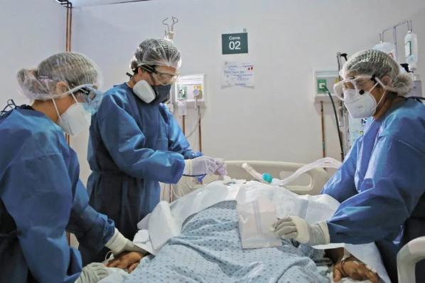 Alistan hospitales para impacto por alza en contagios.